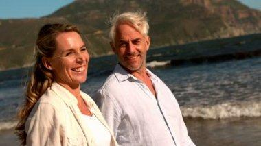 Couple walking on the beach — Stock Video