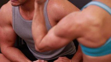 适合人们展示他们的肌肉 — 图库视频影像