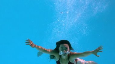 Happy brunette underwater in swimming pool — Stock Video