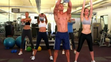 Muscular instructor leading kettlebell class — Stock Video