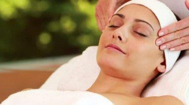 Pretty brunette getting a facial massage — Stock Video