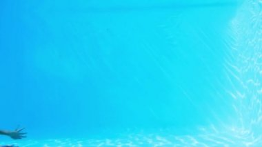 Pretty brunette swimming underwater in pool — Vídeo Stock