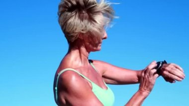 Fit senior woman check her heart rate — Video Stock