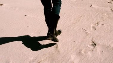 Woman in boots walking on the sand — Stock Video