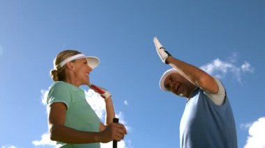 Golfing couple high fiving on the golf course — Stock Video