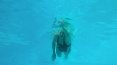 Fit woman swimming in the outdoor pool — Vidéo