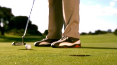 Golfer putting the ball on the green — Stok video