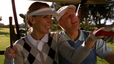 Golfing couple looking around the course — Vídeo Stock
