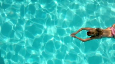 Woman swimming in the pool underwater overhead — Stock Video