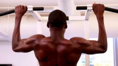 Fit shirtless man doing pull ups — Vídeo de stock
