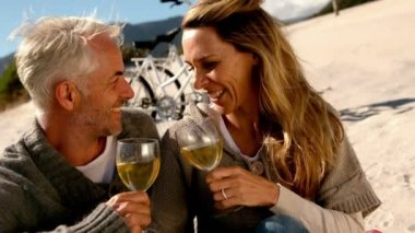Happy couple drinking white wine on the beach — Stock Video