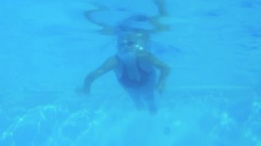 Low angle view of fit swimmer in pool — Vidéo