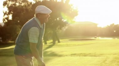 Couple teeing off at the golf course — Stock Video