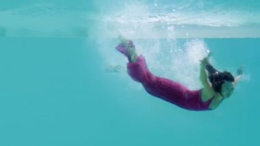 Brunette in evening gown diving into swimming pool — Stock Video