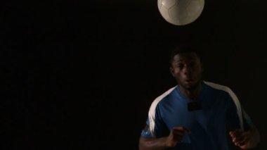 Football player heading ball — Stock Video