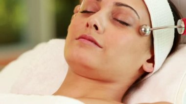 Pretty brunette getting micro dermabrasion treatment — Stock Video