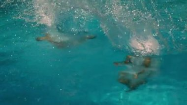 Friends jumping into swimming pool together — Vídeo Stock