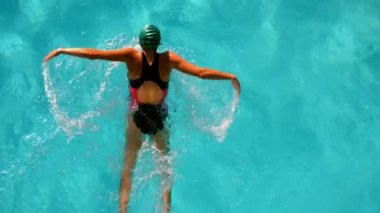 Fit woman swimming in the outdoor pool overhead — Vídeo de stock