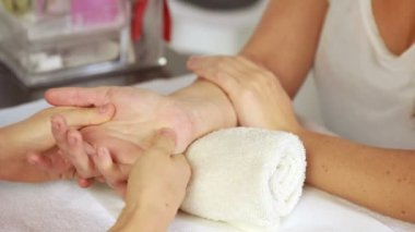 Beauty therapist massaging customers hand — Stock Video