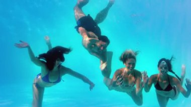 Friends underwater in swimming pool together — 图库视频影像