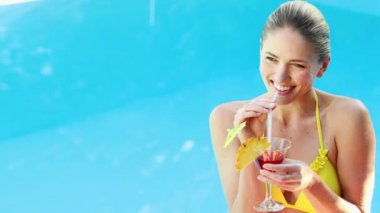 Gorgeous blonde in bikini enjoying a cocktail poolside — 图库视频影像