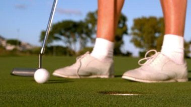 Lady golfer putting golf ball on the green — Stockvideo