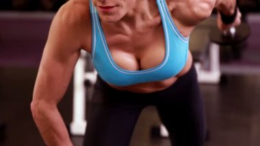 Woman lifting dumbbells at crossfit session — ストックビデオ