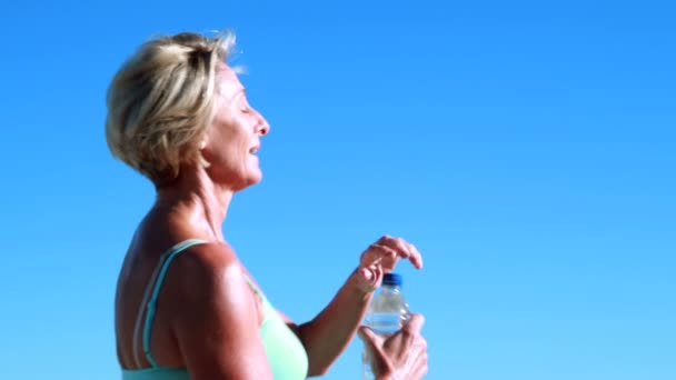 Woman pausing on her run to take a drink — Vídeo de stock