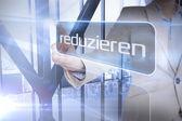 бизнесмен, представляя слово уменьшить на немецком языке — Стоковое фото