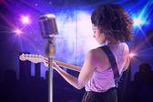 女孩弹吉他 — 图库照片
