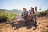 Paar nemen afbreken bij berg terrein — Stockfoto