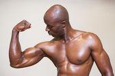 Shirtless muscular man flexing muscles — Stock Photo