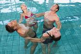Clase de aptitud feliz estiramiento aquaerobic — Foto de Stock
