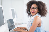 Pretty hipster working at her desk on laptop — Stockfoto