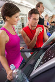 Trainer talking to his client on the treadmill — Stockfoto