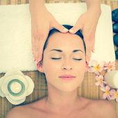 Brune souriante bénéficiant d'un massage de la tête — Photo