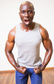Muscular man shouting while flexing muscles — Photo