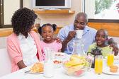 Família feliz tomando café da manhã juntos na manhã — Foto Stock