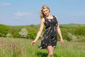 Hezká blondýnka v letní šaty, usmívala se na kameru — Stock fotografie