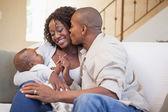 родители проводить время с ребенком — Стоковое фото