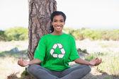 Bastante activista ambiental que hace yoga por un árbol — Foto de Stock