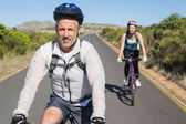 Aktywne para będzie na rowerze jeździć na wsi — Zdjęcie stockowe
