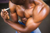 Shirtless muscular man injecting steroids — Stock Photo