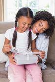 Bastante oferta hija madre un regalo — Foto de Stock