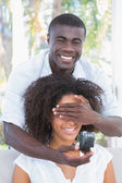 Man covering the eyes of his girlfriend — Stockfoto