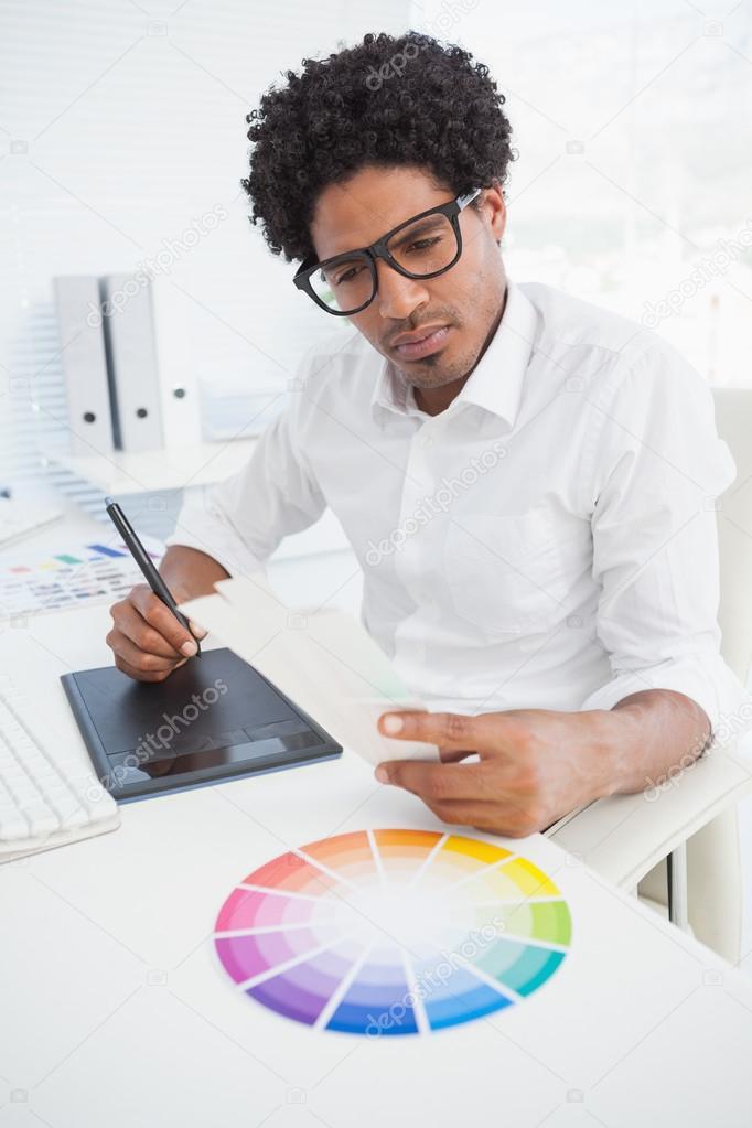 Dise ador de hipster trabaja en su escritorio fotos de - Disenador de fotos ...