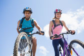 Cyclist couple about to cycle down — Stock Photo