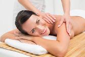 Красивая брюнетка, наслаждаясь массаж плеч — Стоковое фото