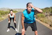 Pasuje kilka jogging na otwartej drodze razem — Zdjęcie stockowe