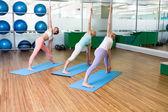 Yoga class in fitness studio — 图库照片